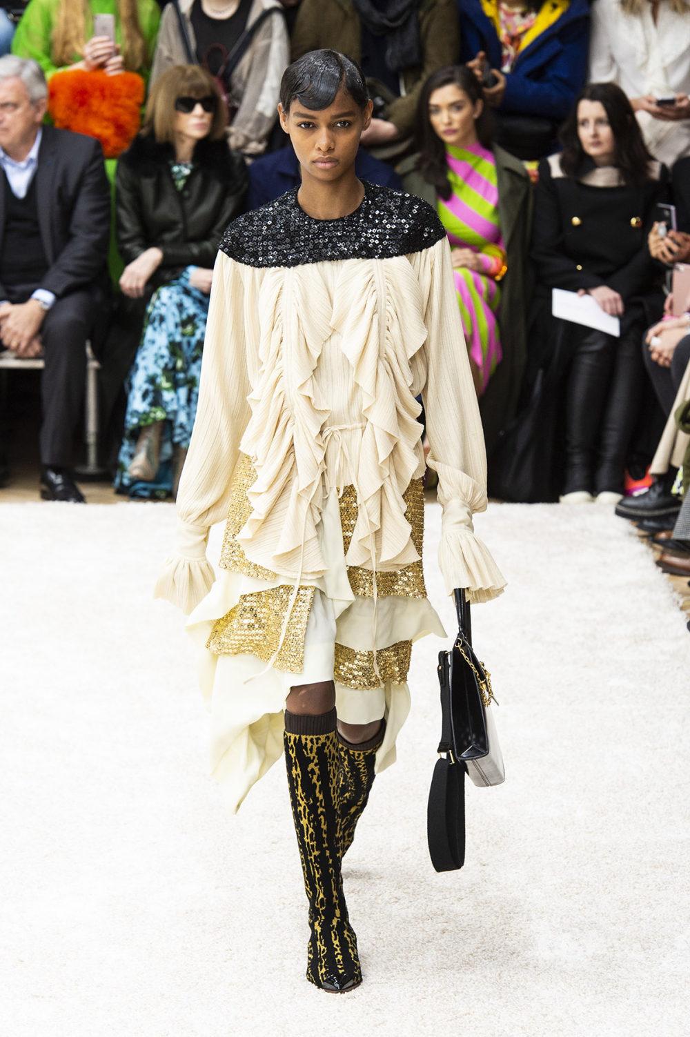 JW Anderson时装系列连衣裙是柔软的边缘用褶皱和长窗帘制成的-32.jpg