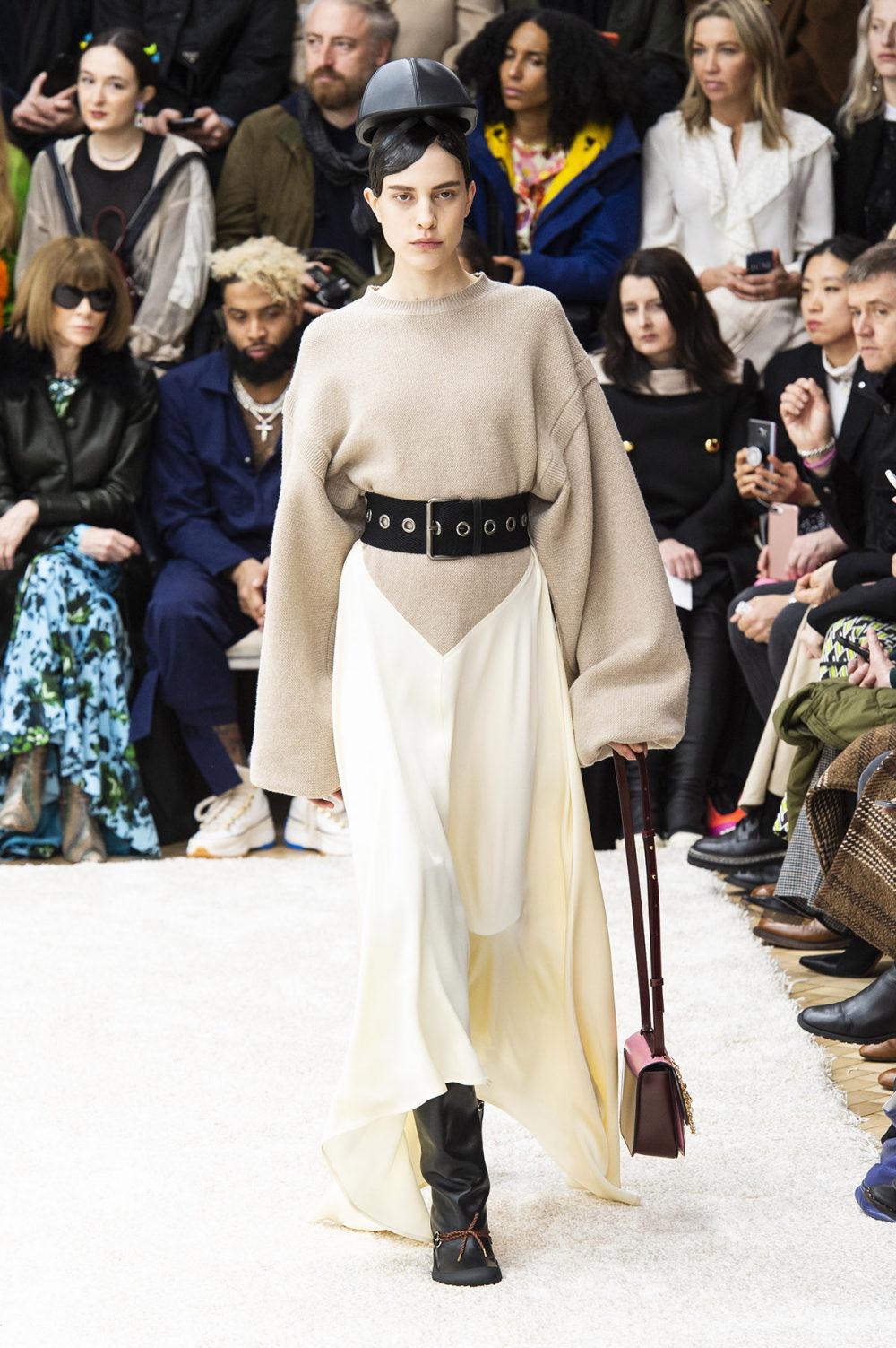 JW Anderson时装系列连衣裙是柔软的边缘用褶皱和长窗帘制成的-34.jpg