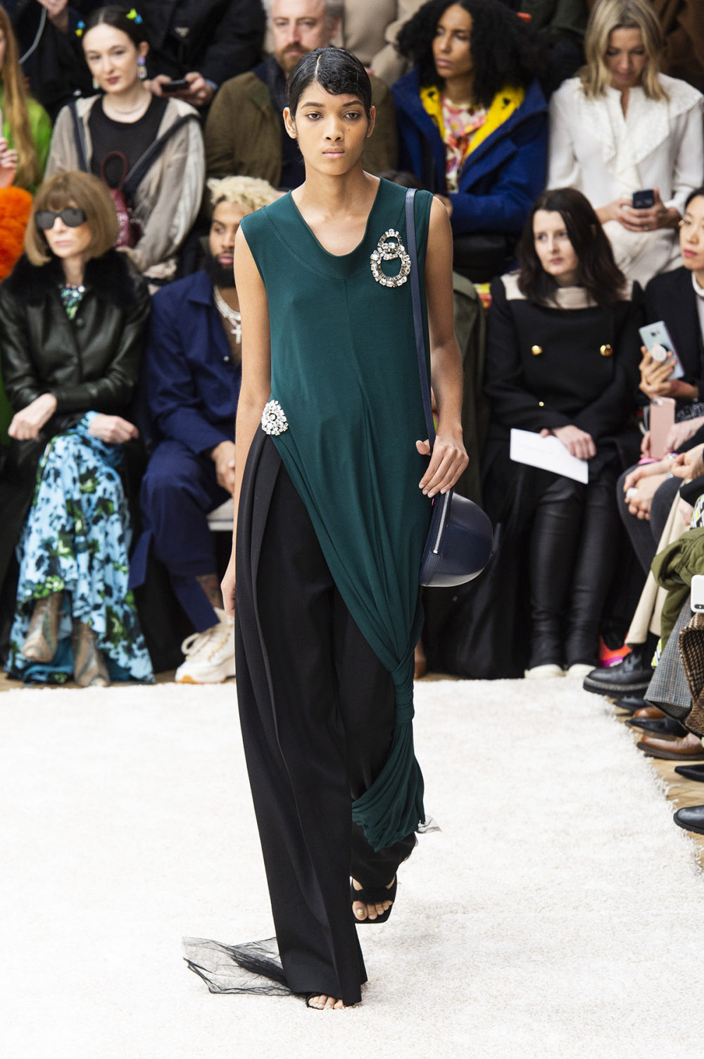 JW Anderson时装系列连衣裙是柔软的边缘用褶皱和长窗帘制成的-35.jpg