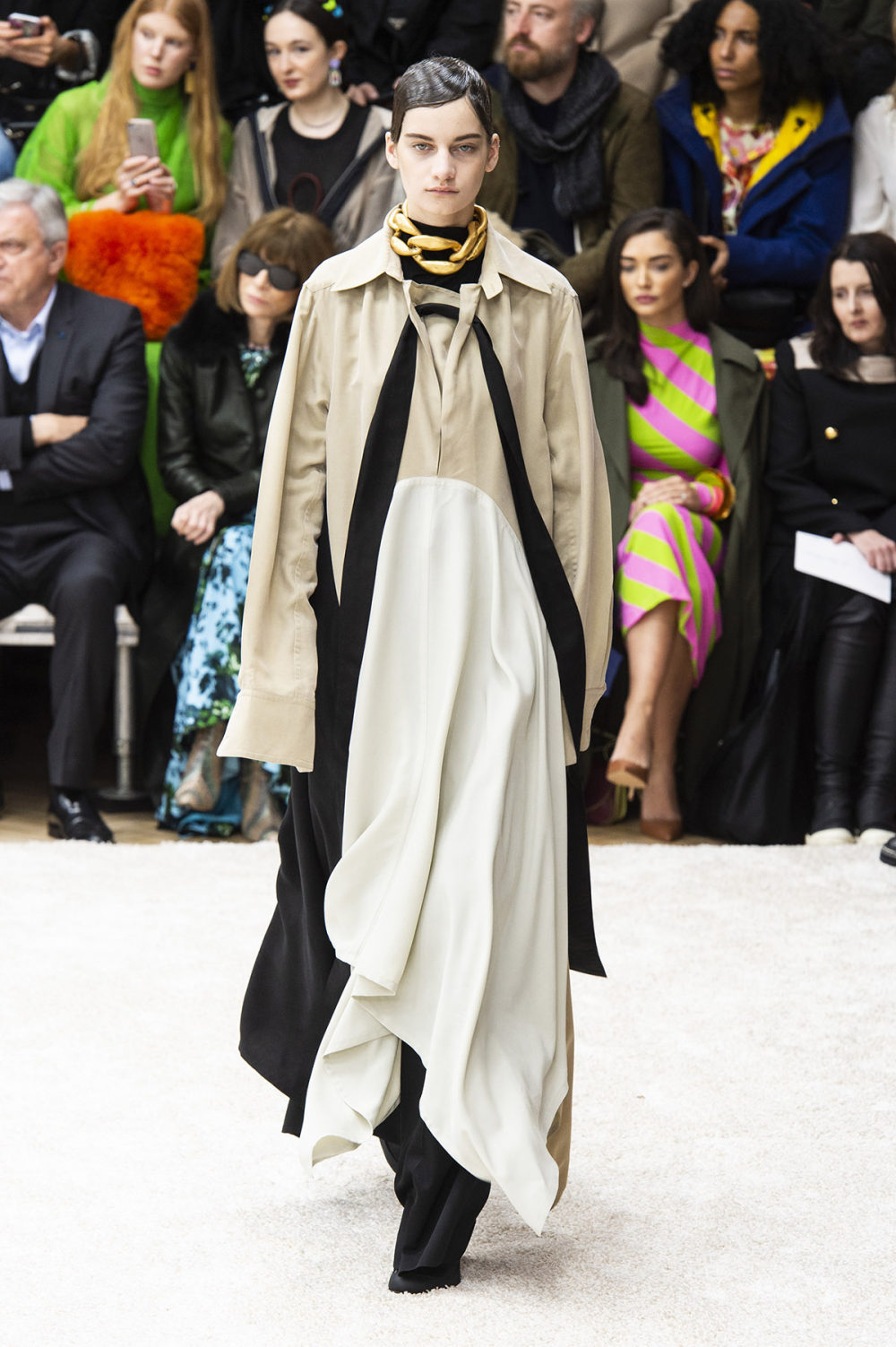JW Anderson时装系列连衣裙是柔软的边缘用褶皱和长窗帘制成的-37.jpg