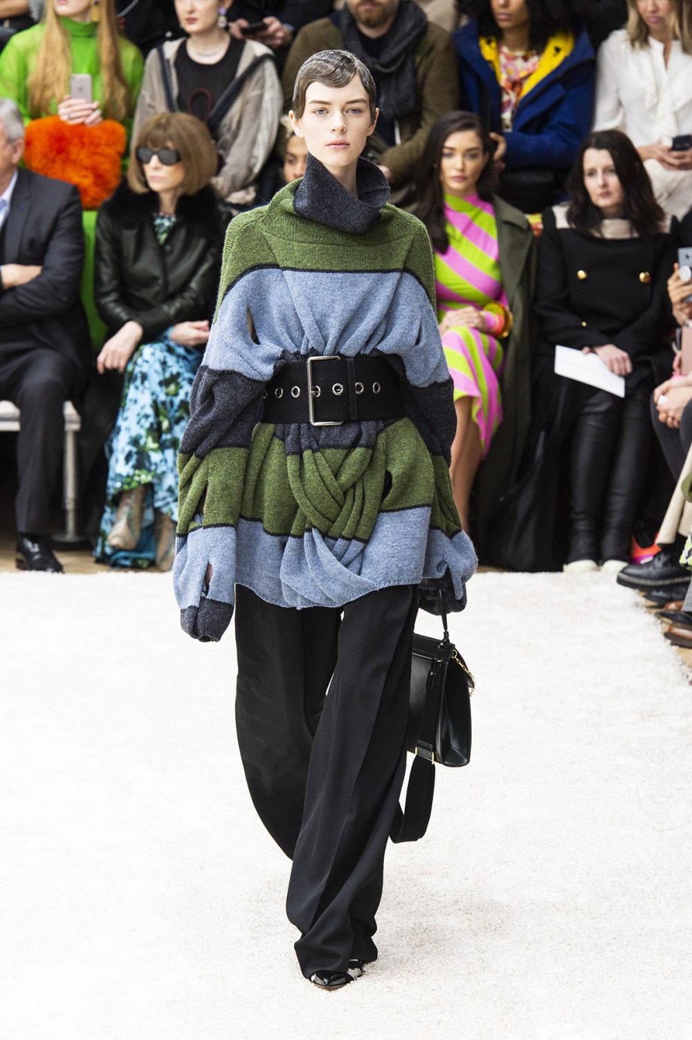 JW Anderson时装系列连衣裙是柔软的边缘用褶皱和长窗帘制成的-39.jpg