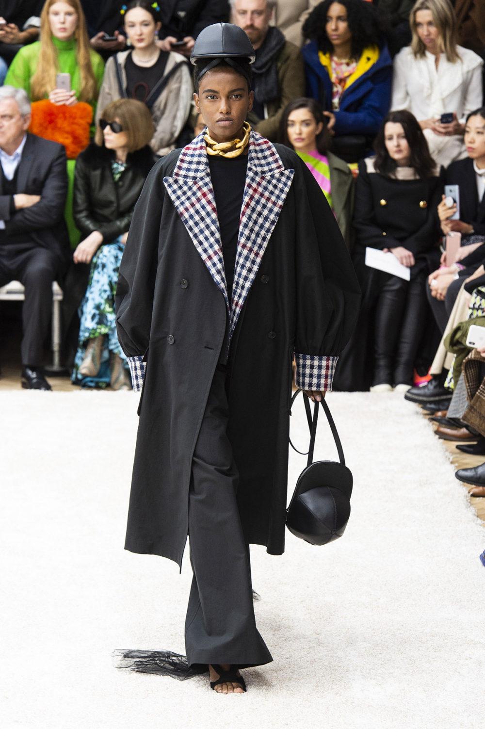 JW Anderson时装系列连衣裙是柔软的边缘用褶皱和长窗帘制成的-40.jpg