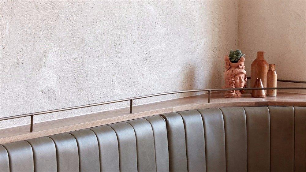 Studio Esteta | 墨尔本Via Porta熟食店_Via Porta的底层被设计成意大利古色古香的鹅卵石小巷。灰泥覆盖着墙壁,而地板则铺上了当地垃圾填埋场留下 ...