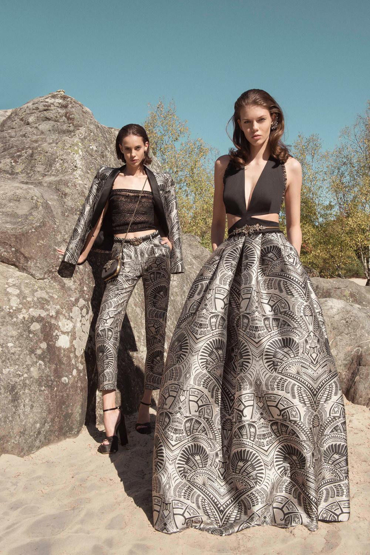 Zuhair Murad时装系列薄纱和荷叶边的世界将这些图案画在一件长衫-38.jpg