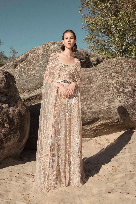 Zuhair Murad时装系列薄纱和荷叶边的世界将这些图案画在一件长衫-47.jpg