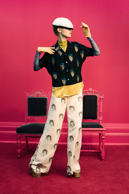 Undercover时装系列亮点包括抽褶和绣有象素化心形的少女连衣裙-5.jpg