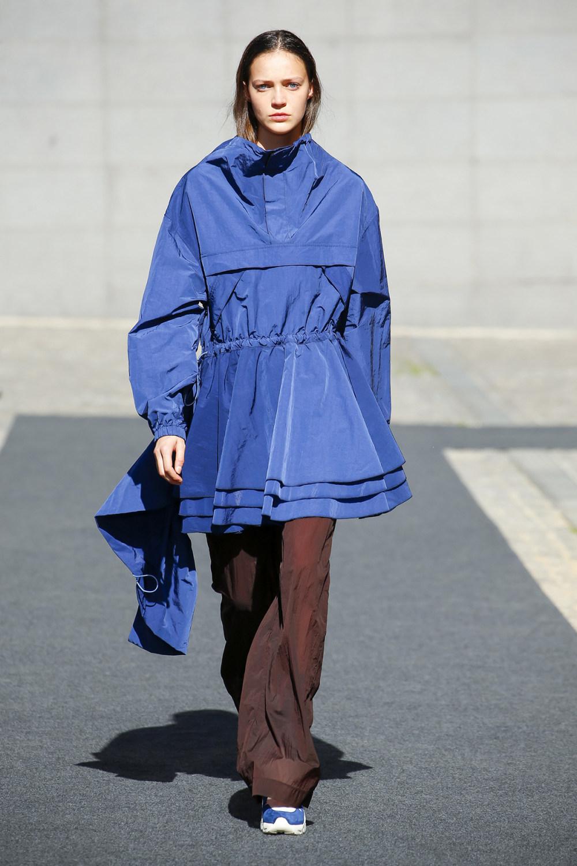 Unravel时装系列穿着超大号运动裤和派克大衣简约运动文胸-1.jpg