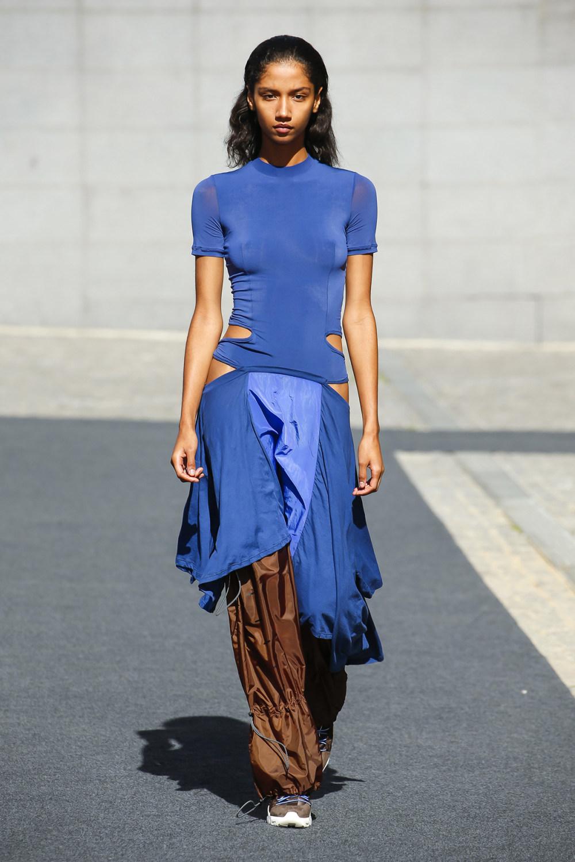 Unravel时装系列穿着超大号运动裤和派克大衣简约运动文胸-3.jpg