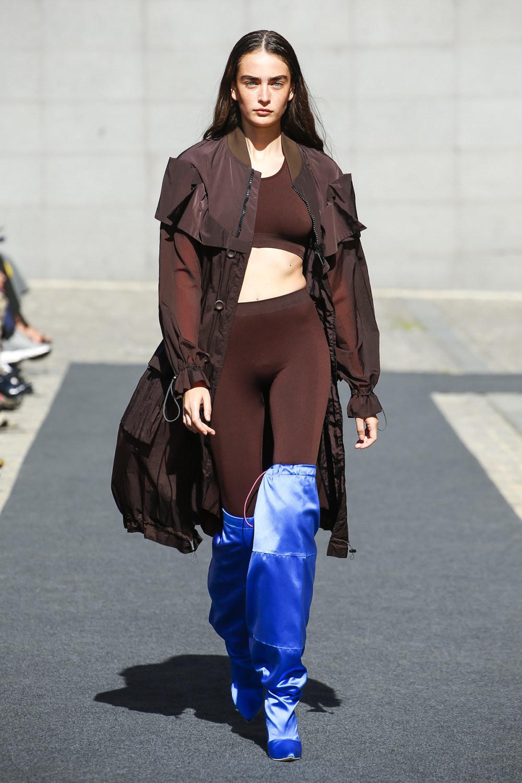 Unravel时装系列穿着超大号运动裤和派克大衣简约运动文胸-4.jpg