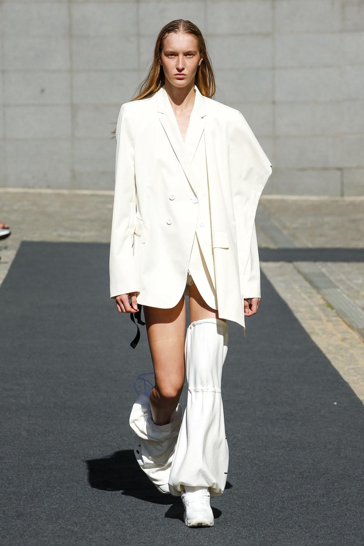 Unravel时装系列穿着超大号运动裤和派克大衣简约运动文胸-5.jpg
