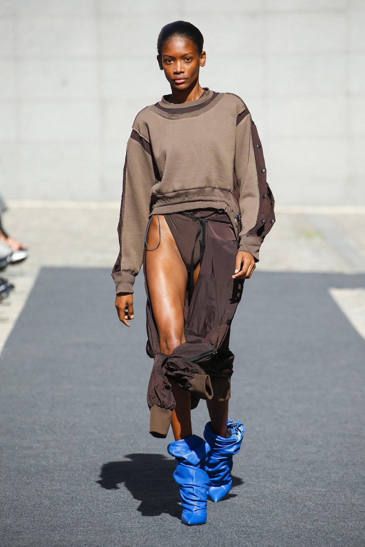 Unravel时装系列穿着超大号运动裤和派克大衣简约运动文胸-6.jpg