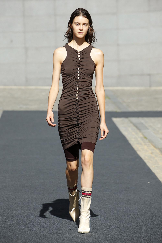 Unravel时装系列穿着超大号运动裤和派克大衣简约运动文胸-7.jpg