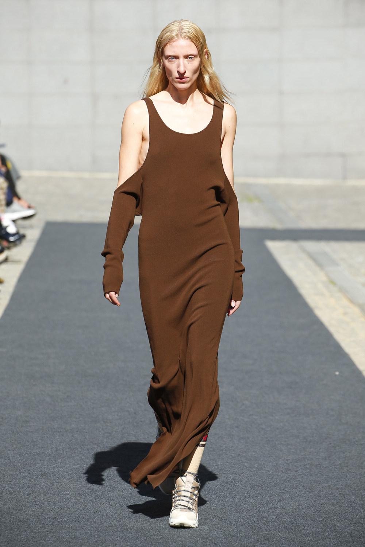 Unravel时装系列穿着超大号运动裤和派克大衣简约运动文胸-8.jpg