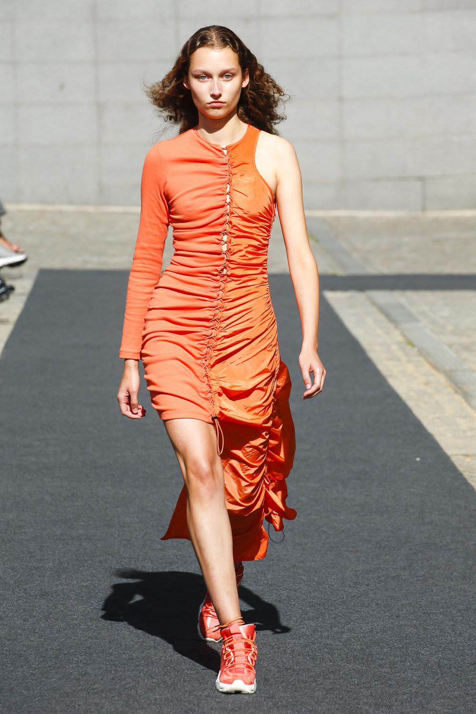 Unravel时装系列穿着超大号运动裤和派克大衣简约运动文胸-9.jpg