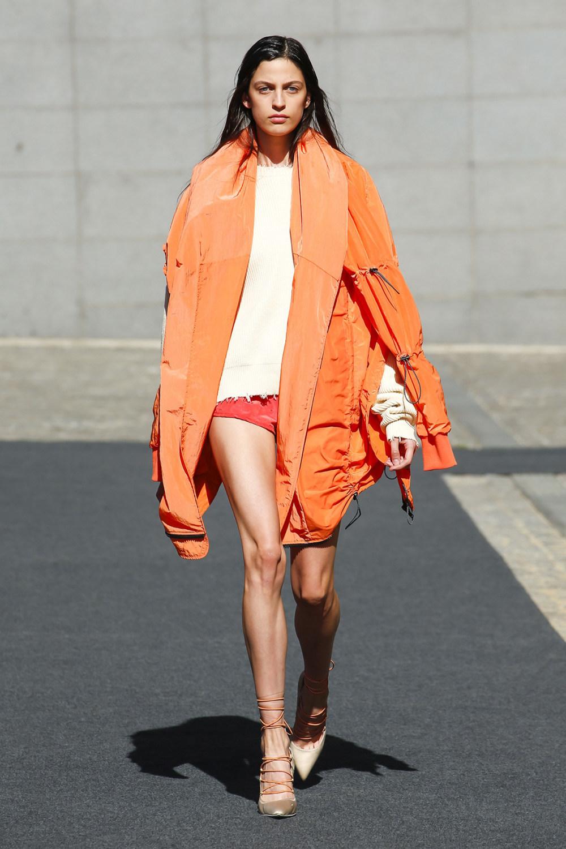 Unravel时装系列穿着超大号运动裤和派克大衣简约运动文胸-10.jpg
