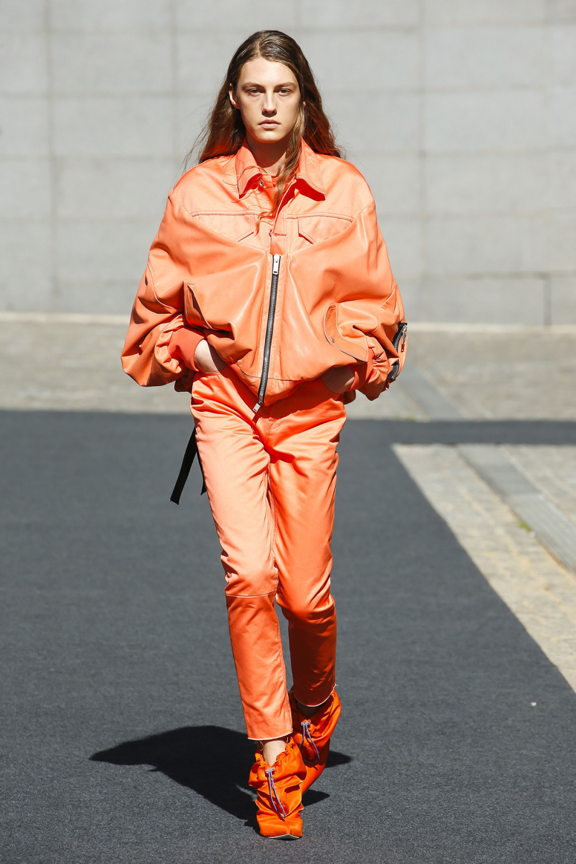 Unravel时装系列穿着超大号运动裤和派克大衣简约运动文胸-11.jpg