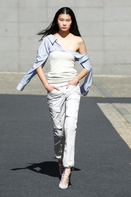 Unravel时装系列穿着超大号运动裤和派克大衣简约运动文胸-14.jpg