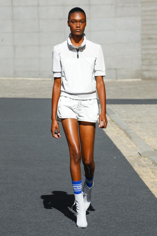 Unravel时装系列穿着超大号运动裤和派克大衣简约运动文胸-16.jpg