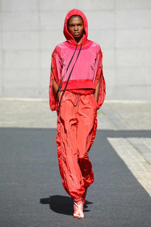 Unravel时装系列穿着超大号运动裤和派克大衣简约运动文胸-19.jpg