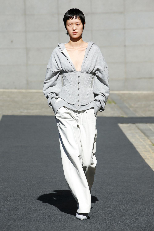 Unravel时装系列穿着超大号运动裤和派克大衣简约运动文胸-20.jpg