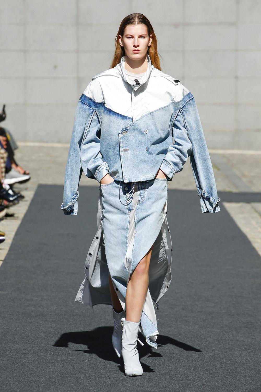 Unravel时装系列穿着超大号运动裤和派克大衣简约运动文胸-21.jpg