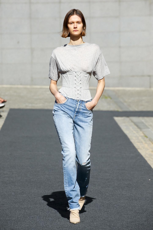 Unravel时装系列穿着超大号运动裤和派克大衣简约运动文胸-22.jpg