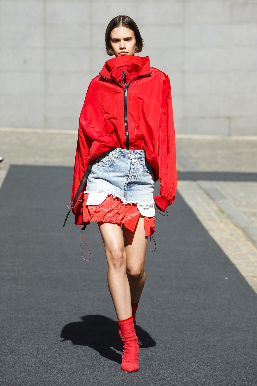 Unravel时装系列穿着超大号运动裤和派克大衣简约运动文胸-23.jpg