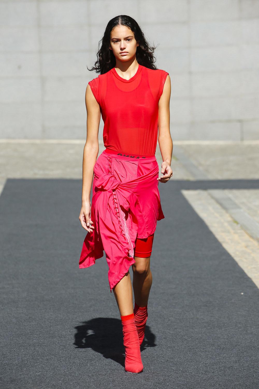 Unravel时装系列穿着超大号运动裤和派克大衣简约运动文胸-24.jpg