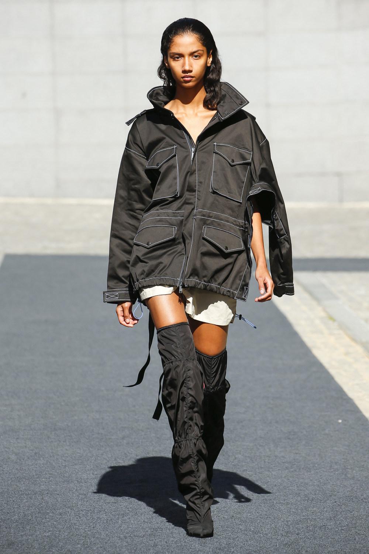 Unravel时装系列穿着超大号运动裤和派克大衣简约运动文胸-27.jpg