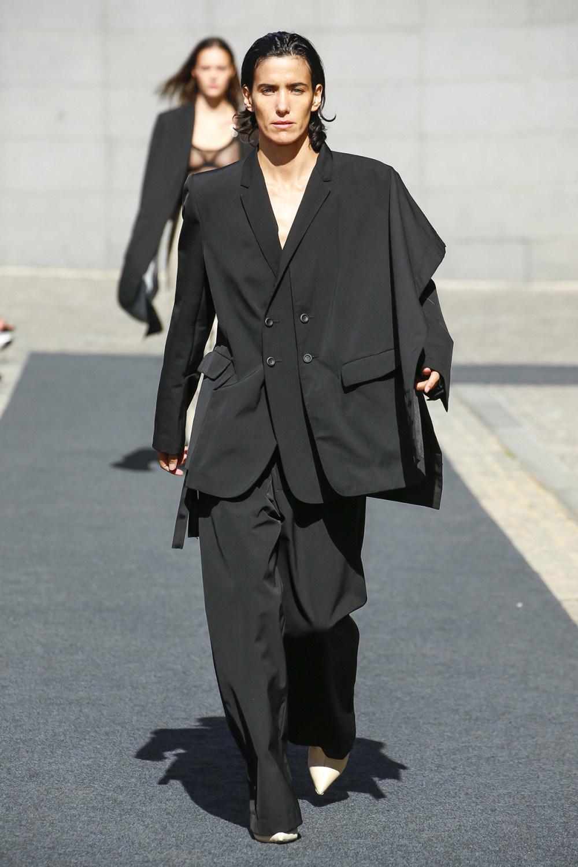 Unravel时装系列穿着超大号运动裤和派克大衣简约运动文胸-28.jpg