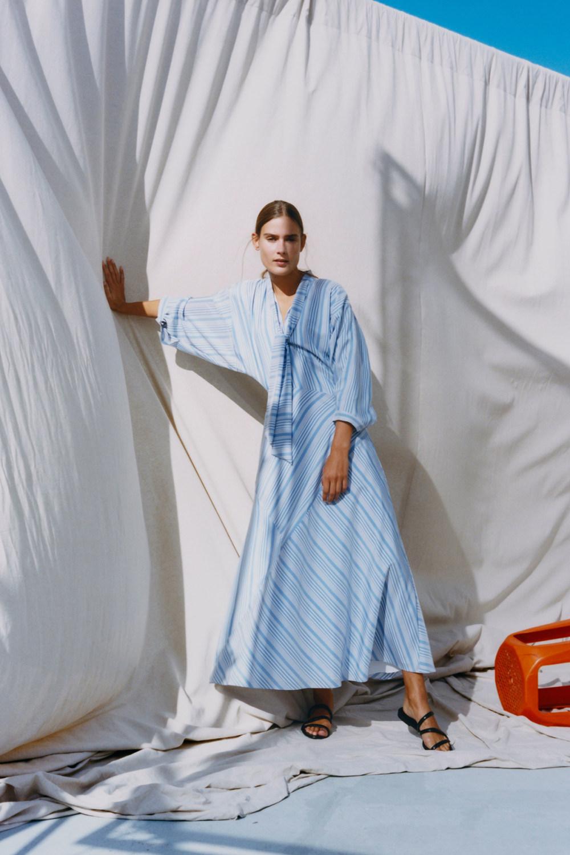 Nina Ricci时装系列运动裤效果优雅的丝绸海军围裙则以档案为基础-1.jpg