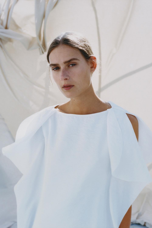 Nina Ricci时装系列运动裤效果优雅的丝绸海军围裙则以档案为基础-3.jpg