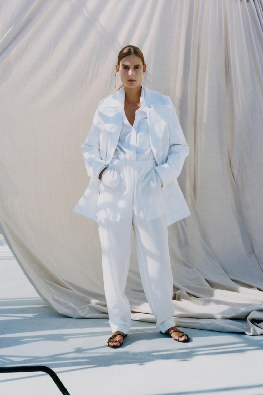 Nina Ricci时装系列运动裤效果优雅的丝绸海军围裙则以档案为基础-4.jpg