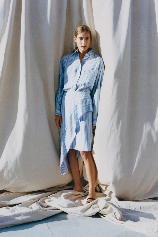 Nina Ricci时装系列运动裤效果优雅的丝绸海军围裙则以档案为基础-5.jpg