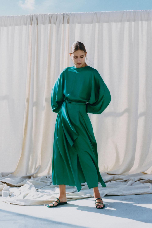 Nina Ricci时装系列运动裤效果优雅的丝绸海军围裙则以档案为基础-12.jpg