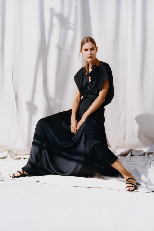 Nina Ricci时装系列运动裤效果优雅的丝绸海军围裙则以档案为基础-13.jpg