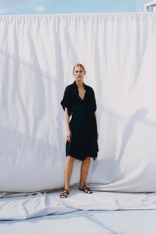 Nina Ricci时装系列运动裤效果优雅的丝绸海军围裙则以档案为基础-15.jpg