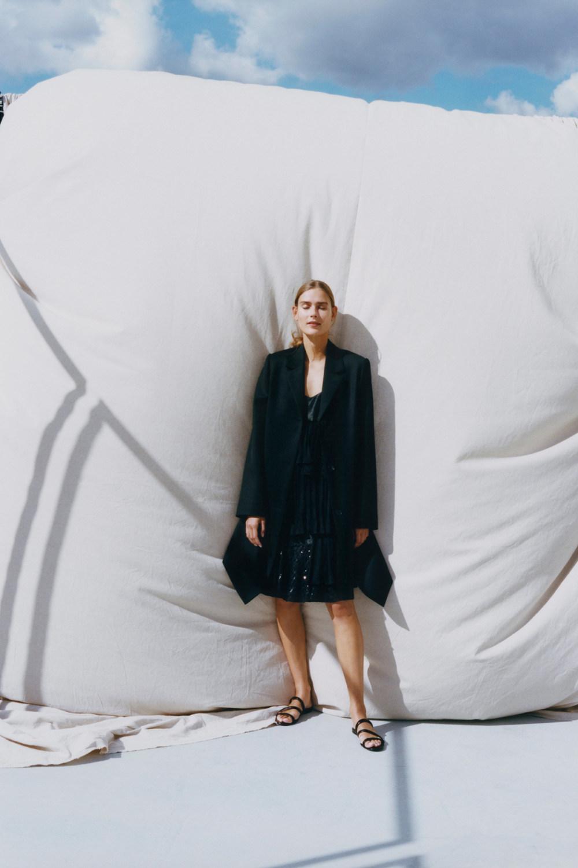 Nina Ricci时装系列运动裤效果优雅的丝绸海军围裙则以档案为基础-16.jpg