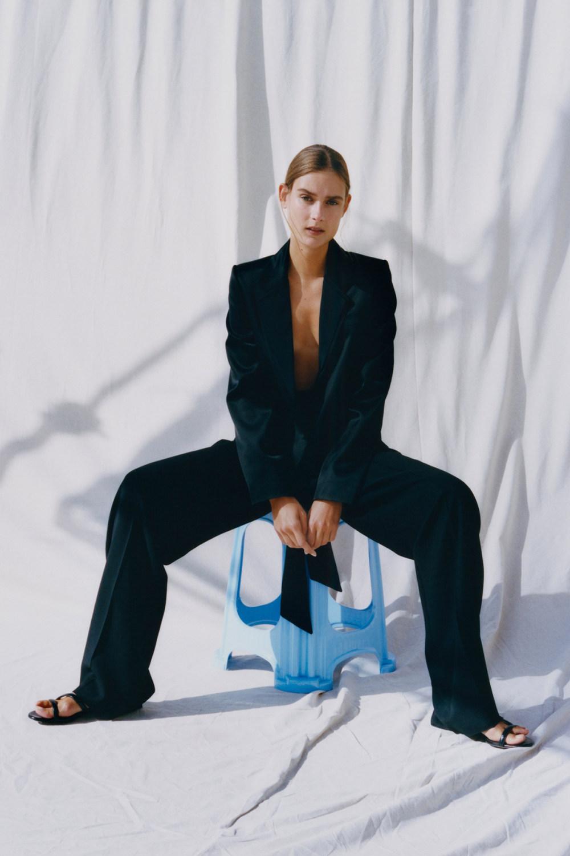 Nina Ricci时装系列运动裤效果优雅的丝绸海军围裙则以档案为基础-18.jpg