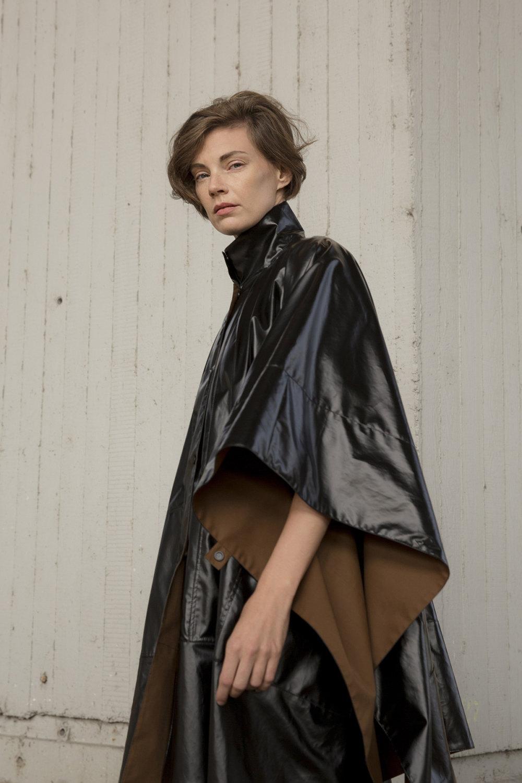 Nehera时装系列象牙色技术面料的连衣裙和斗篷则像降落伞一样滑行-1.jpg