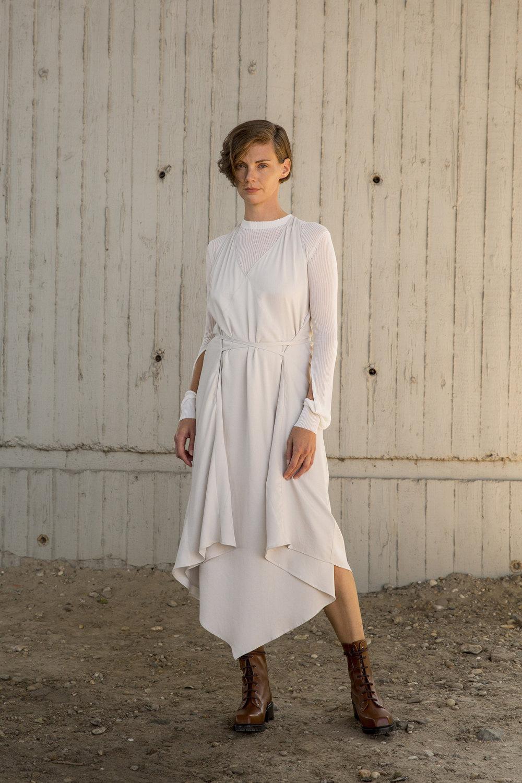 Nehera时装系列象牙色技术面料的连衣裙和斗篷则像降落伞一样滑行-2.jpg