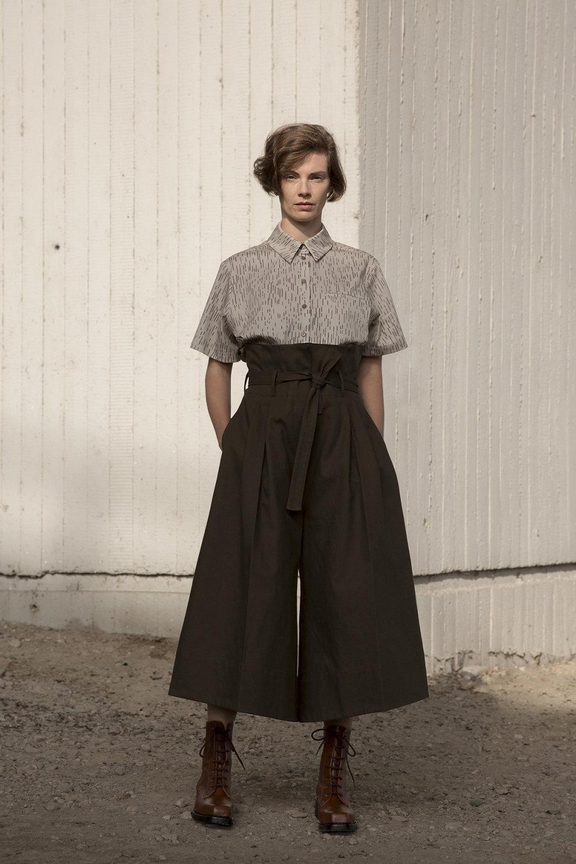 Nehera时装系列象牙色技术面料的连衣裙和斗篷则像降落伞一样滑行-4.jpg