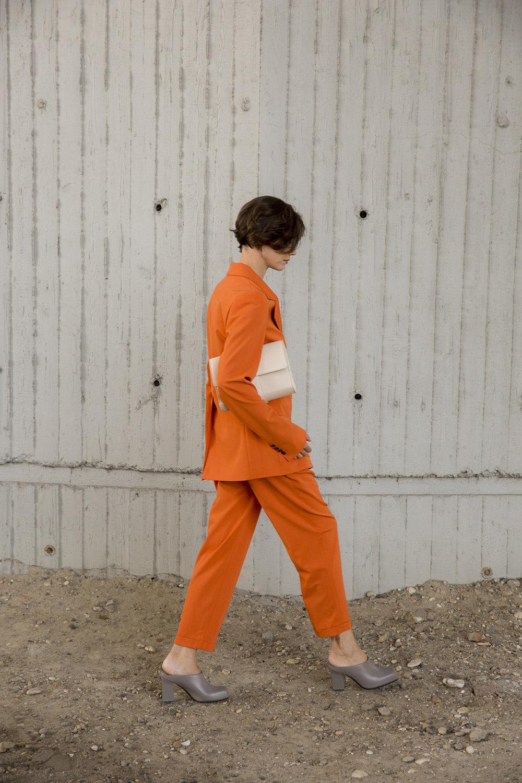 Nehera时装系列象牙色技术面料的连衣裙和斗篷则像降落伞一样滑行-5.jpg