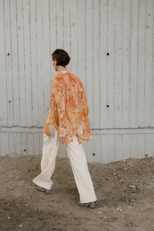 Nehera时装系列象牙色技术面料的连衣裙和斗篷则像降落伞一样滑行-6.jpg