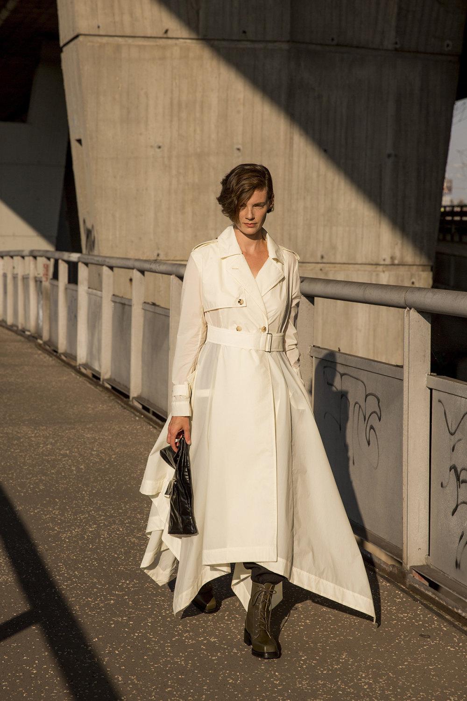 Nehera时装系列象牙色技术面料的连衣裙和斗篷则像降落伞一样滑行-7.jpg