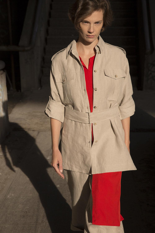 Nehera时装系列象牙色技术面料的连衣裙和斗篷则像降落伞一样滑行-12.jpg