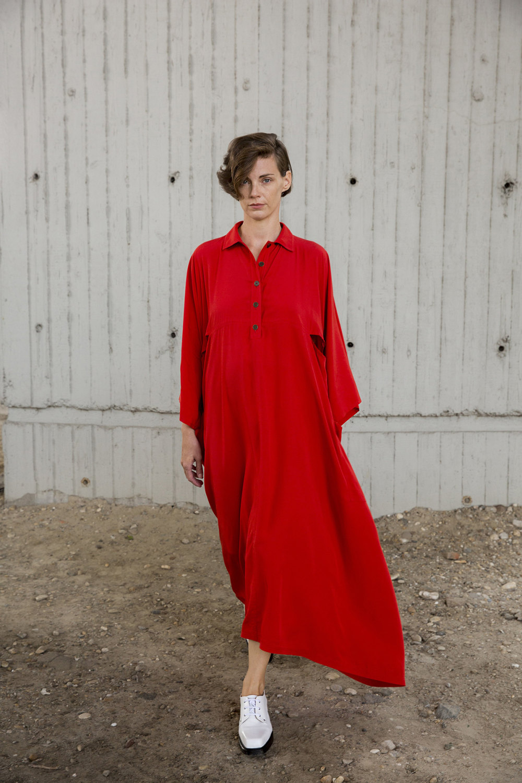 Nehera时装系列象牙色技术面料的连衣裙和斗篷则像降落伞一样滑行-13.jpg