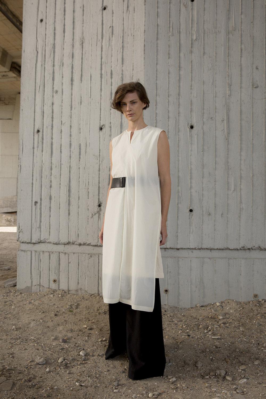 Nehera时装系列象牙色技术面料的连衣裙和斗篷则像降落伞一样滑行-14.jpg