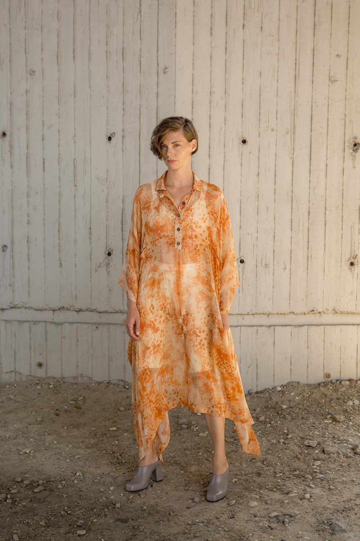 Nehera时装系列象牙色技术面料的连衣裙和斗篷则像降落伞一样滑行-17.jpg