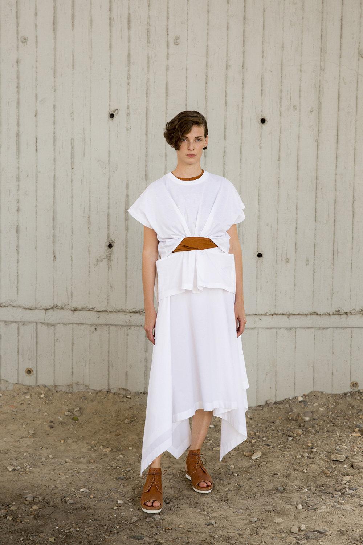 Nehera时装系列象牙色技术面料的连衣裙和斗篷则像降落伞一样滑行-19.jpg